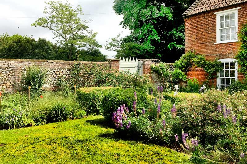 Waterfall Cottage: gardens